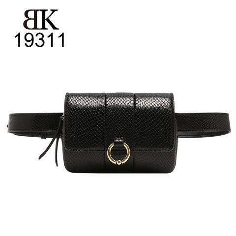 the black snake pattern belt bag Crafted from PU leather materials  and features detachable chain strap, the flap with megnetic snap and metal ring, it can be worn around the waist or across the body.