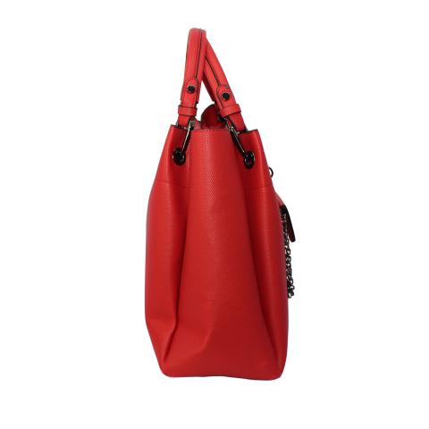 The timeless red handbag comes with double handles, gun hardware and detachable shoulder trap, meanwhile, a mini pocket detail on front.